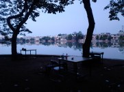 Meja-kursi yang kesepian