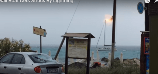 fulmine colpisce una barca a vela