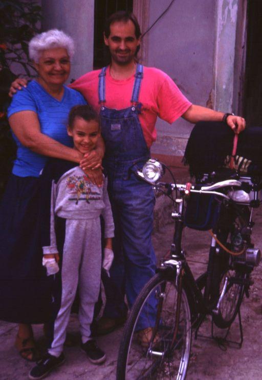Mi abuela Marta, su nieta Clara y mi bicimoto chinogermanocubana.