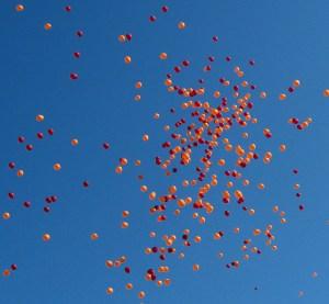 """""""Virginia Tech balloon release"""" April 2007 (https://flic.kr/p/qPcFJn)"""