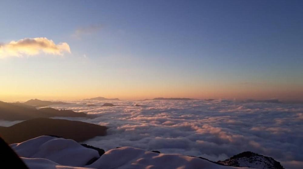 Sis bulutu ve kar Hanke Dağlarını kapladı, ortaya görsel şölen çıktı