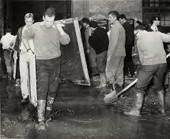 図5 ウフィツィ美術館から作品を運び出す若者たち(1966年洪水アーカイヴ)