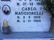 図1 カルロ・マッジョレッリ墓石(個人撮影)