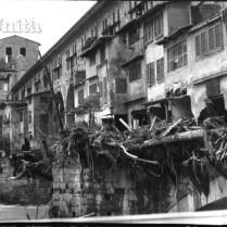 図5. 洪水後、汚泥のつまったヴェッキオ橋の様子(1966年洪水アーカイヴ)