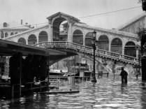 図3. ヴェネツィア中心街、洪水後の様子(1966年洪水アーカイヴ)