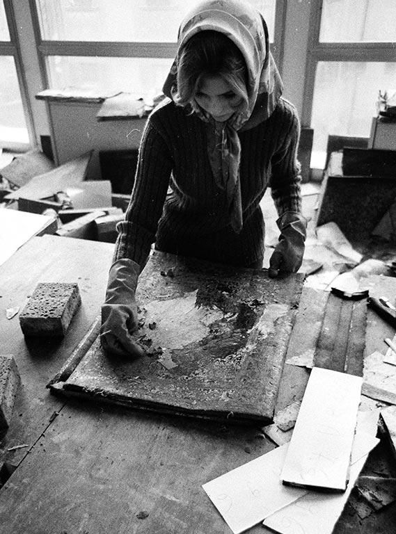図3 国立図書館で行われた最初の洗浄作業の様子/Foto Alinari、Raffaello Bencini撮影