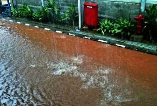 Jalan mulai tergenang air...