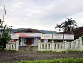 Kantor Balai Desa di bagian belakang taman..