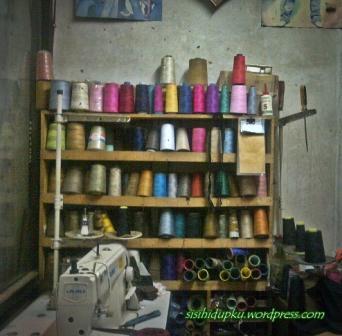 Koleksi benang warna-warni...