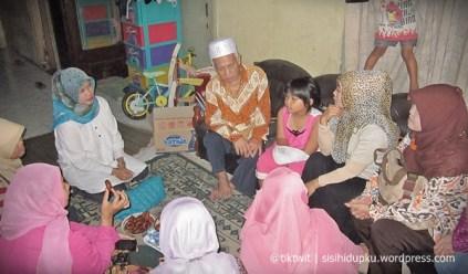 Berbincang dengan Pak Ismail, guru Agama kami dahulu.