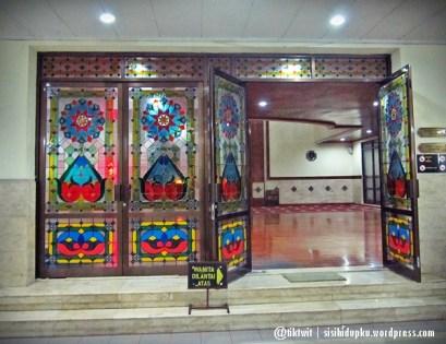 Gerbang kaca sebelum memasuki ruang masjid.