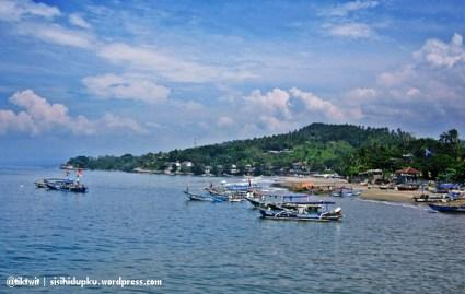 Pantai Pelabuhan Ratu di sebelah kanan Gado Bangkong.