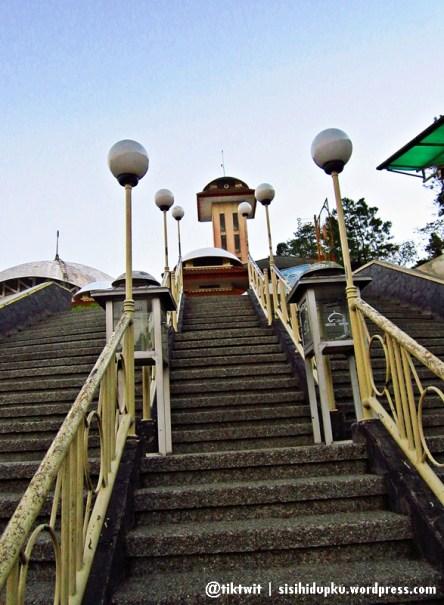 Tangga menuju halaman masjid