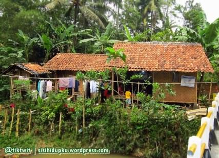 Rumah panggung terbuat dari bambu. Rumah sederhana Kang Bidin.