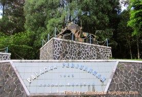 Replika panser di sebelah kiri lapangan monumen.