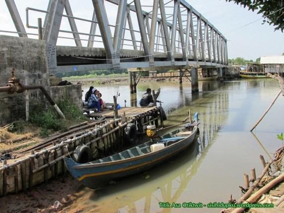 Perahu kecil disamping Jembatan Blacan.