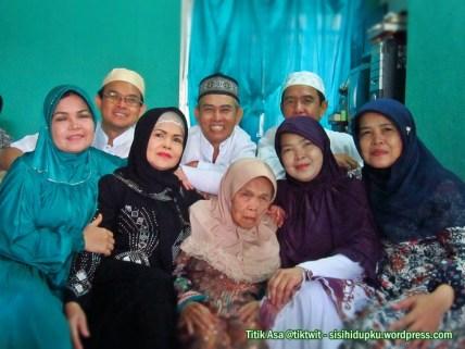 Ibu mertua dengan tujuh anaknya.