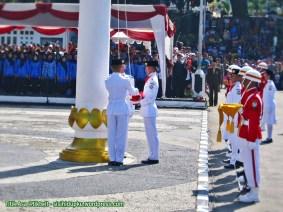 2. Bendera disiapkan untuk dikibarkan