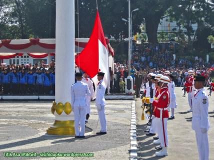 4. Bendera perlahan ditarik ke atas diiringi lagu kebangsaan Indonesia Raya