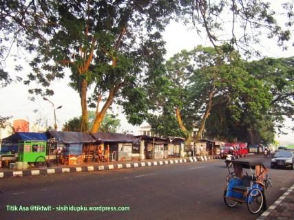 Warung-warung di sekitar Lapang Merdeka