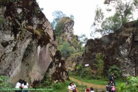 Area diantara batu-batu raksasa.