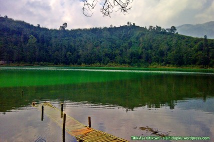Bagian tengah Telaga Warna dengan air berwarna hijau dan putih.
