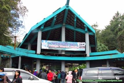 Bangunan masuk ke Telaga Warna.