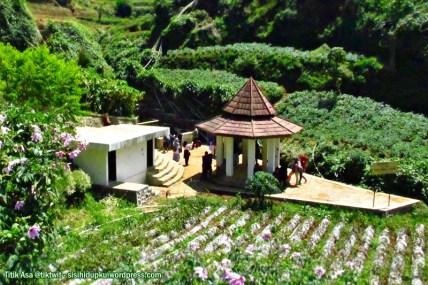 Bangunan stupa di Tuk Bima Lukar.