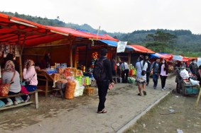 Kios-kios pasar tradisionil di jalan menuju kawah.