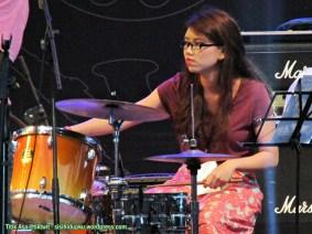 Pemain drum yang cantik