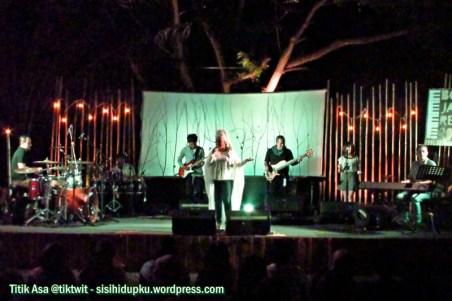Rieka Roslan & The Troubadour.
