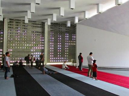Ruang dalam masjid Al Irsyad.