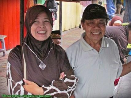 Berfoto sejenak, Abah dan istri saya.