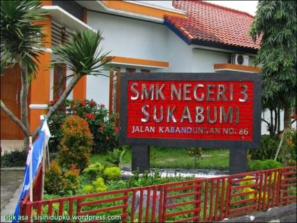 Gerbang depan SMKN 3 Sukabumi.