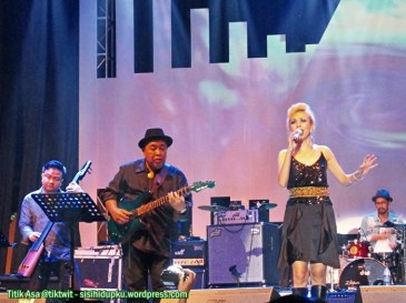 Syaharani on stage