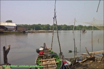 Perahu siap mengantar menyusuri Muara Gembong