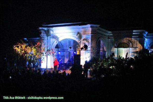 Suasana panggung Iga Mawarni.
