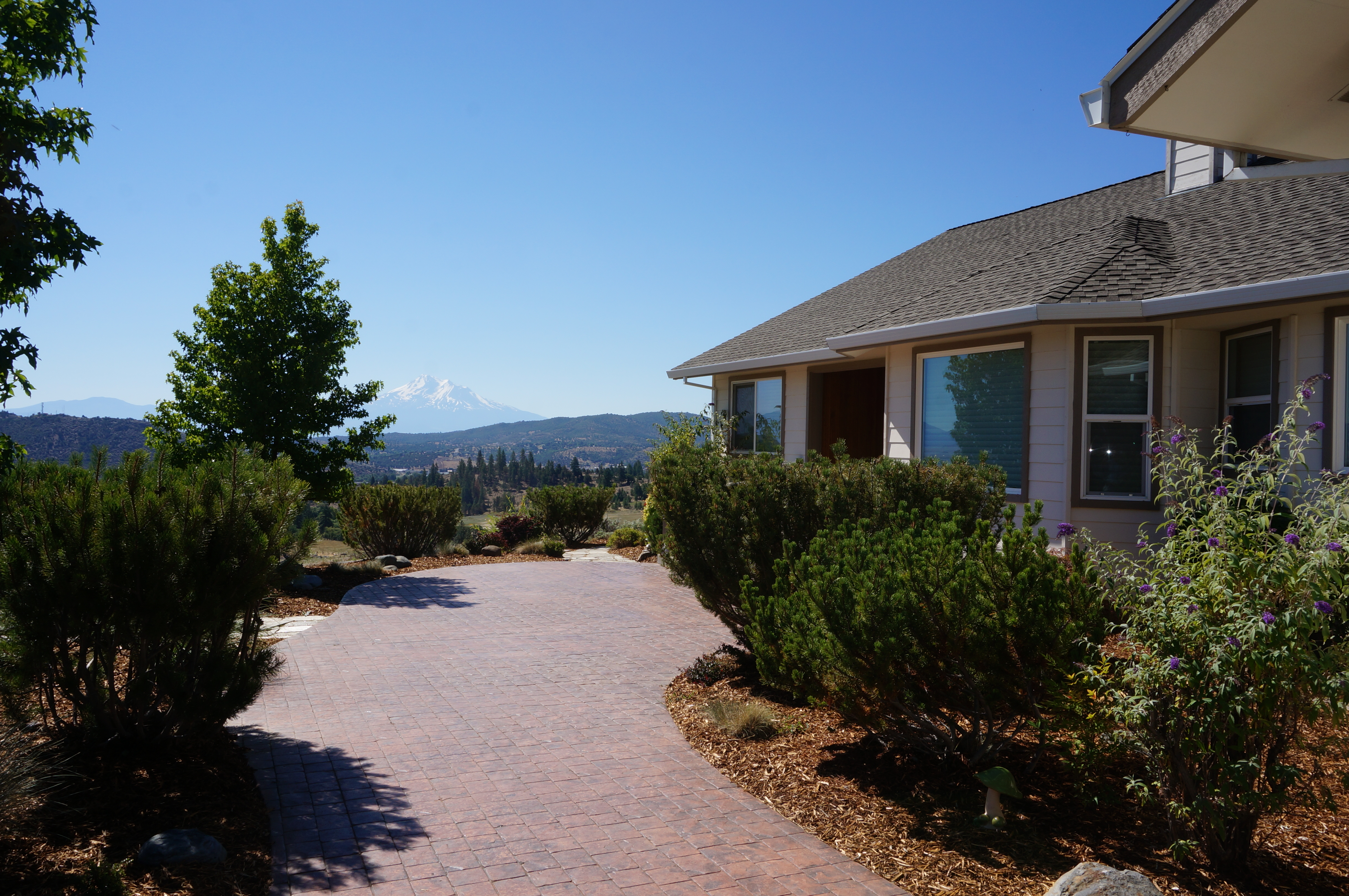Yreka HiEnd Properties | Lane street Lux home pool and acreage