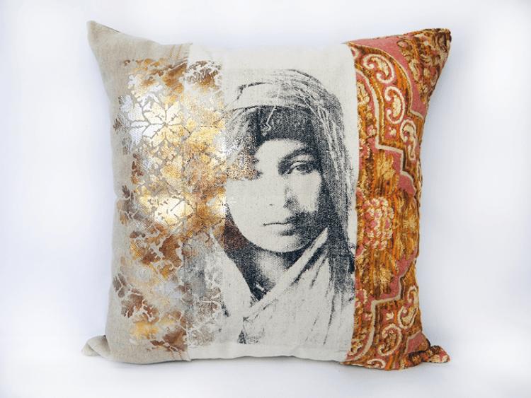 housse-de-coussin-marocain-femme-berbère-dorer-velours-rose