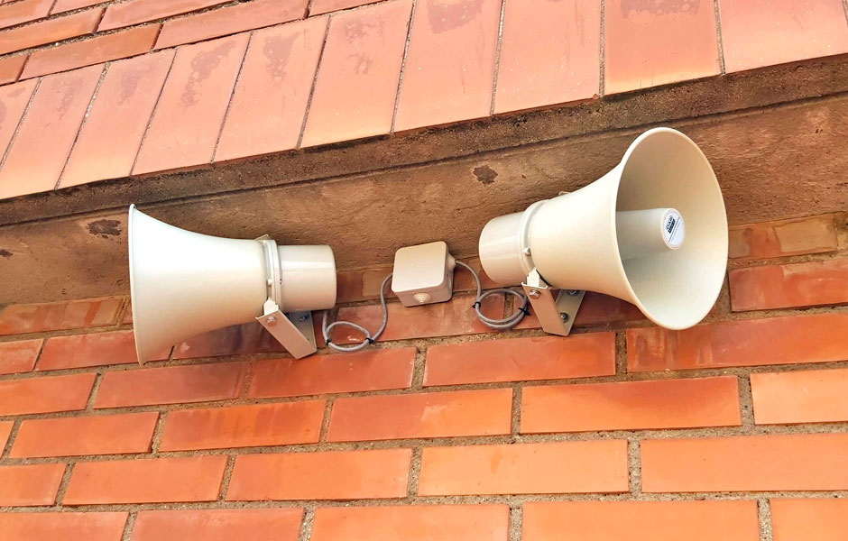 Altavoces de exterior instalados por VisualPlanet en la escuela el Turó