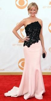 Estou impressionada com o tanto que Anna Gunn emagreceu. Está magra e elegante, o vestido é lindo.