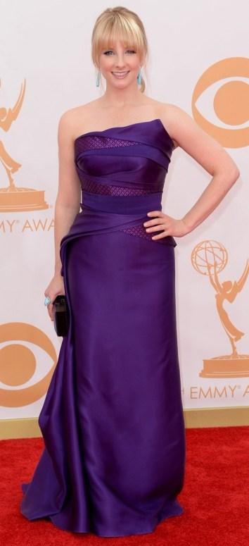 Mais um roxo que aparece no tapete vermelho do Emmy. Achei simples, mas curti a mistura do brinco turquesa com o vestido roxo de Melissa Rauch.