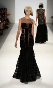 Carmen Marc Valvo: Vestido bapho com recortes geométricos transparentes que eu espero muuuuito ver alguém usando. Achei inovador!