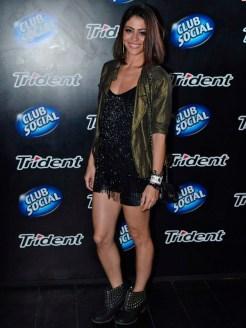 Carol Castro simplesmente linda. ADORO essa combinação hi-lo de peças com brilho e botinha que deixa o look mais pesado.