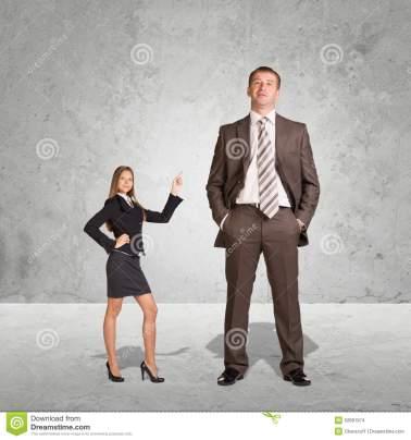 petite-jeune-femme-d-affaires-et-grand-homme-d-affaires-52691974