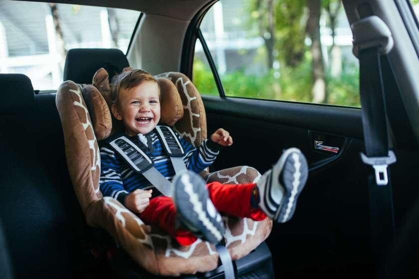 criança em cadeirinha de carro dá risada