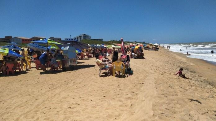 Praia de Guriri lotada neste sábado, 9 de novembro — Foto: Eduardo Dias/TV Gazeta