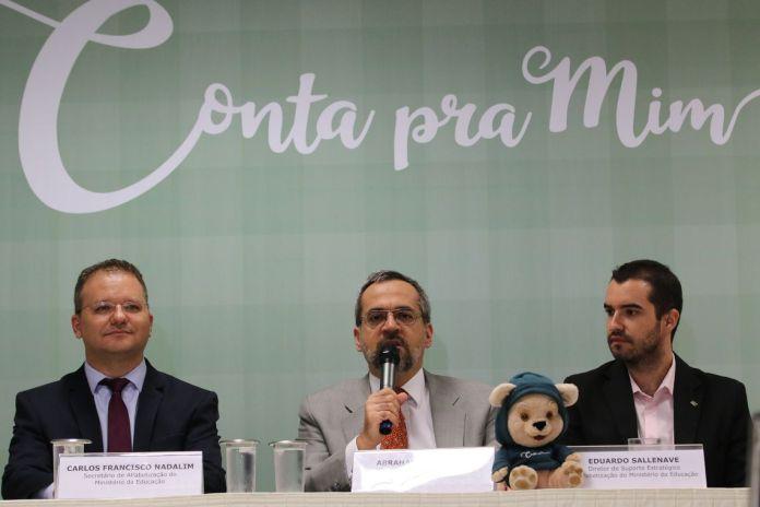 O  secretário de Alfabetização, Carlos Nadalim, o ministro da educação, Abraham Weintraub, e o diretor de suporte estratégico à Alfabetização do MEC, Eduardo Sallenave, lançam o programa Conta pra Mim