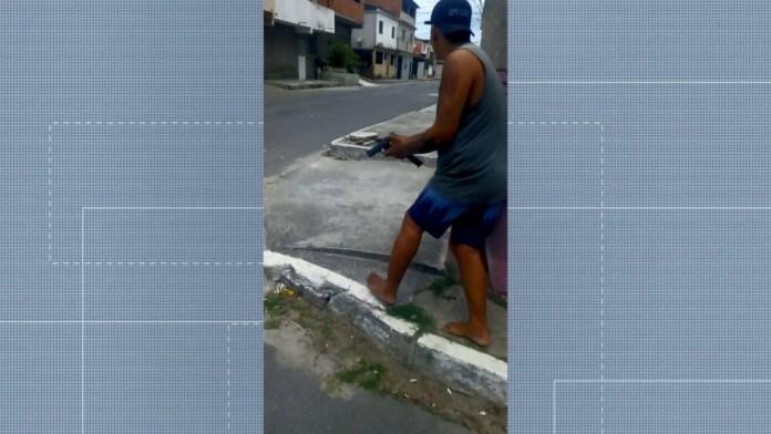 Em vídeo, homens parecem armados e atirando nas ruas do bairro Guaranhuns