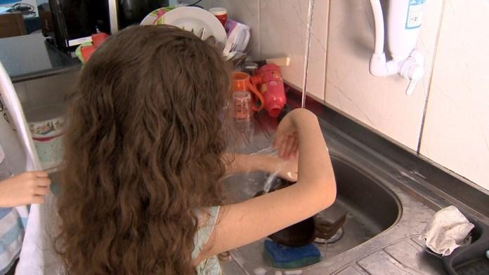 Bruna Pêgo, de 6 anos, e o irmão, de 10, passaram a ajudar mais nas atividades de casa na pandemia.
